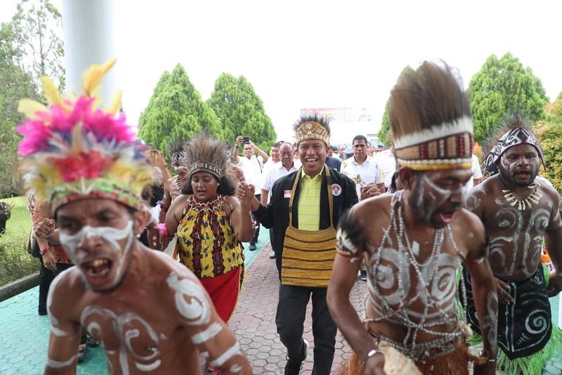 https: img.okezone.com content 2020 02 13 1 2167915 tinjau-venue-pon-2020-menpora-disambut-tarian-etnik-papua-DVz8K19N80.jpg