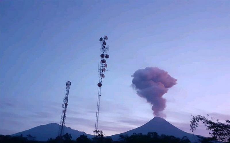 https: img.okezone.com content 2020 02 13 512 2167654 gunung-merapi-erupsi-status-waspada-T29Dp5m6aP.jpg