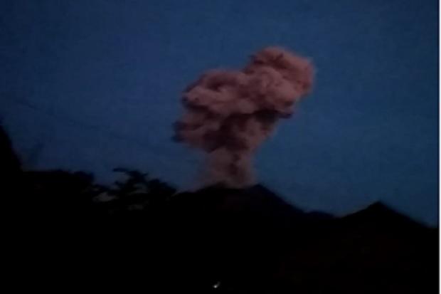 https: img.okezone.com content 2020 02 13 512 2167685 gunung-merapi-erupsi-warga-diminta-waspada-abu-vulkanik-awan-panas-QYvlglyOD1.jpg