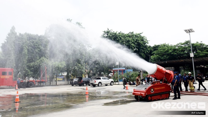 https: img.okezone.com content 2020 02 13 56 2168021 intip-kecanggihan-2-robot-pemadam-kebakaran-pemprov-dki-bWmW9kFpXY.jpg