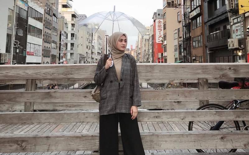 https: img.okezone.com content 2020 02 13 617 2167729 4-gaya-hijab-yang-bikin-kamu-tetap-cakep-saat-musim-hujan-a6el1LOe5c.jpg