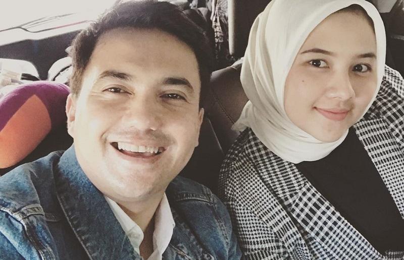 https: img.okezone.com content 2020 02 14 33 2168567 mantap-menikah-sahrul-gunawan-pamer-foto-bareng-calon-istri-2XQPZFzpyw.jpg