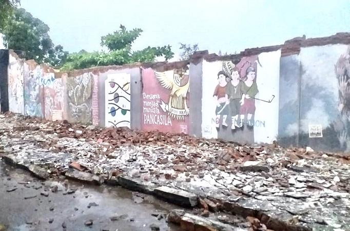 https: img.okezone.com content 2020 02 14 510 2168698 diterjang-hujan-angin-tembok-stadion-lokasi-konser-scorpions-roboh-0uWuM04Cxk.jpeg