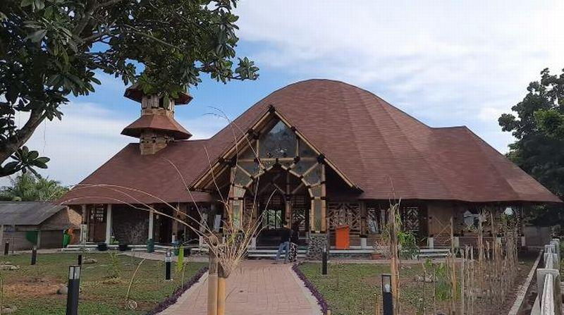 https: img.okezone.com content 2020 02 14 614 2168466 masjid-saka-buana-masjid-bambu-yang-diklaim-terbesar-di-indonesia-rkrr407E1Y.jpg