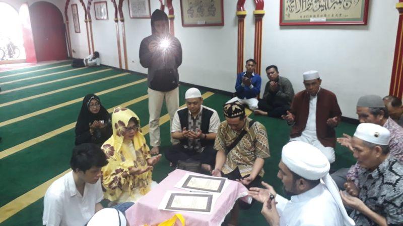 https: img.okezone.com content 2020 02 14 614 2168534 bersyahadat-di-masjid-lautze-ibu-dan-anak-ini-resmi-jadi-mualaf-jSY6M2ALXA.jpg