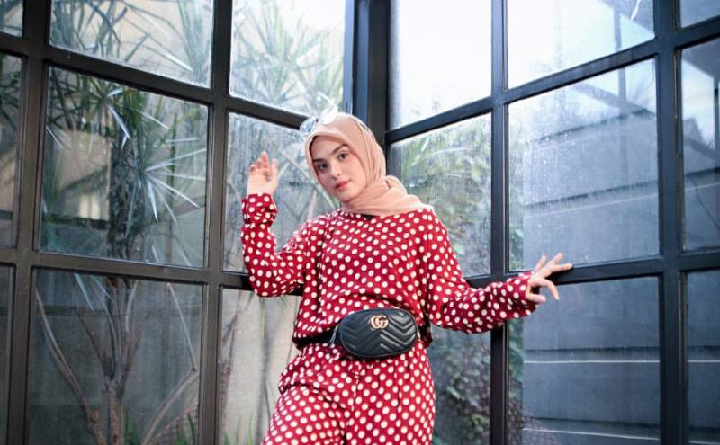 https: img.okezone.com content 2020 02 14 617 2168352 ini-4-gaya-hijab-polkadot-yang-bikin-kamu-makin-stylish-9dVg7eWSFv.jpg