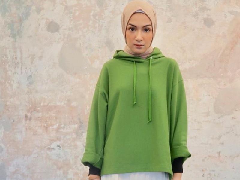 4 Inspirasi Gaya Hijab Bernuansa Hijau Bikin Tampilan Makin Kece Okezone Muslim