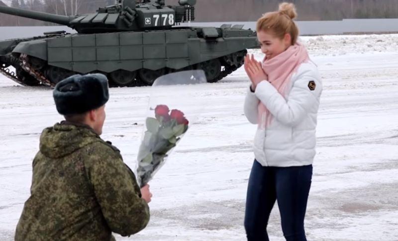 https: img.okezone.com content 2020 02 16 612 2169363 aksi-romantis-perwira-angkatan-lamar-kekasihnya-dengan-tank-militer-AgmZwPBrSk.jpg