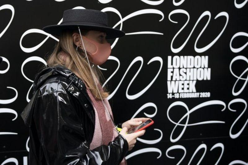https: img.okezone.com content 2020 02 17 194 2169526 gara-gara-covid-19-pengunjung-london-fashion-week-2020-alami-penurunan-qjOmqC2vTU.jpg