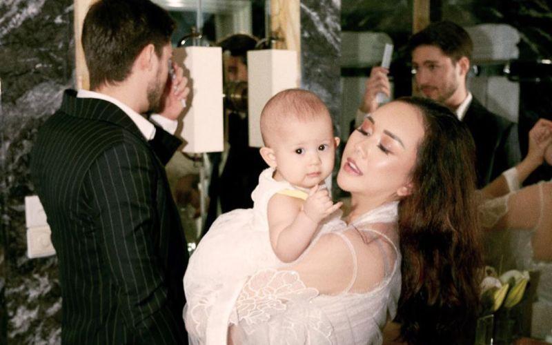 https: img.okezone.com content 2020 02 17 196 2169865 wajah-bahagia-aura-kasih-gendong-baby-arabella-gemas-banget-DwjX1A5L2q.jpg