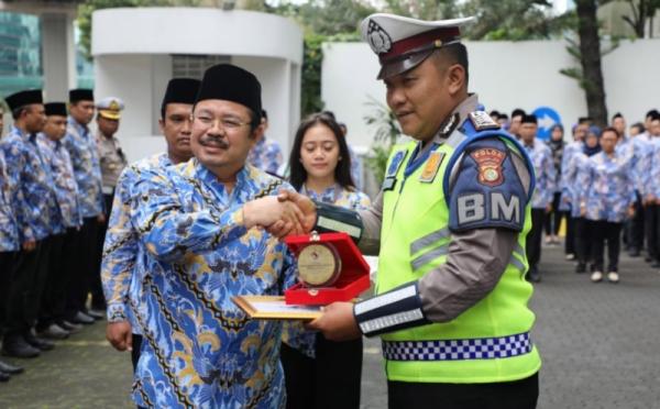 https: img.okezone.com content 2020 02 17 338 2169553 polisi-gendong-penumpang-transjakarta-diganjar-penghargaan-dari-ombudsman-zy9vb6vzkL.jpg