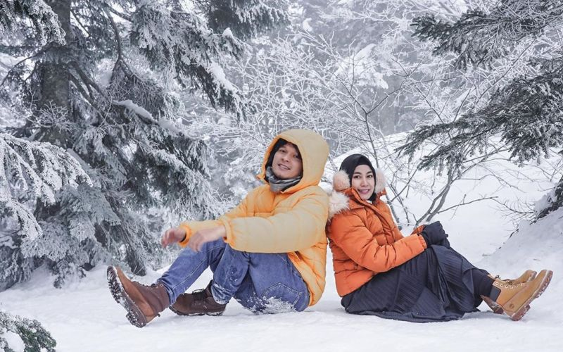 https: img.okezone.com content 2020 02 17 406 2169636 anisa-rahma-main-salju-di-jepang-bareng-suami-mesranya-bikin-iri-tOnG1CveTR.jpg
