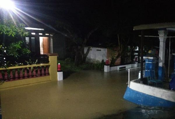 https: img.okezone.com content 2020 02 17 512 2169976 117-rumah-di-wonogiri-kebanjiran-penghuninya-diungsikan-Ggwdzp6NwW.jpg