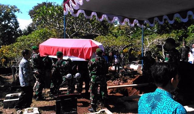 https: img.okezone.com content 2020 02 18 512 2170456 satu-korban-jatuhnya-helikopter-mi-17-dimakamkan-di-banyumas-CRtYesqJTx.jpg