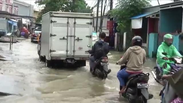 https: img.okezone.com content 2020 02 19 609 2170939 dua-jam-diguyur-hujan-jalan-penghubung-makassar-maros-tergenang-lFs42JtBkv.jpg