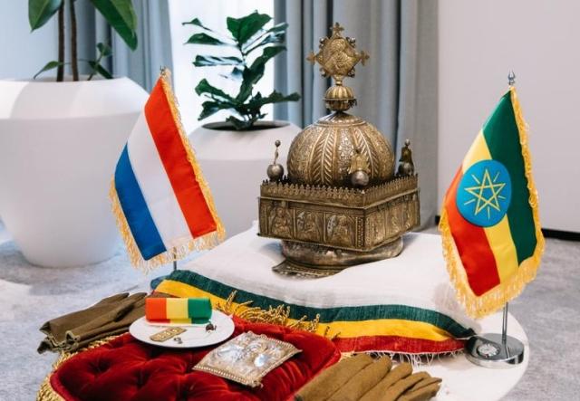 https: img.okezone.com content 2020 02 20 18 2171668 mahkota-abad-18-pulang-ke-ethiopia-setelah-disembunyikan-20-tahun-di-belanda-kDDA5rEXMG.jpg