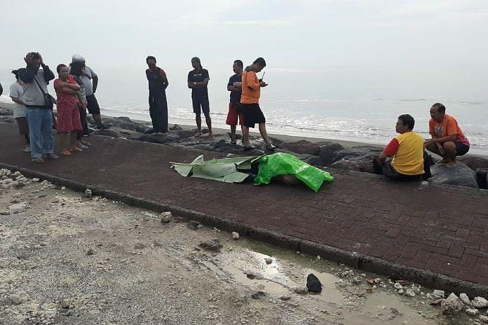 https: img.okezone.com content 2020 02 20 244 2171570 pria-bertato-ditemukan-tewas-di-pantai-padanggalak-bali-1DBZd9gOSE.jpg
