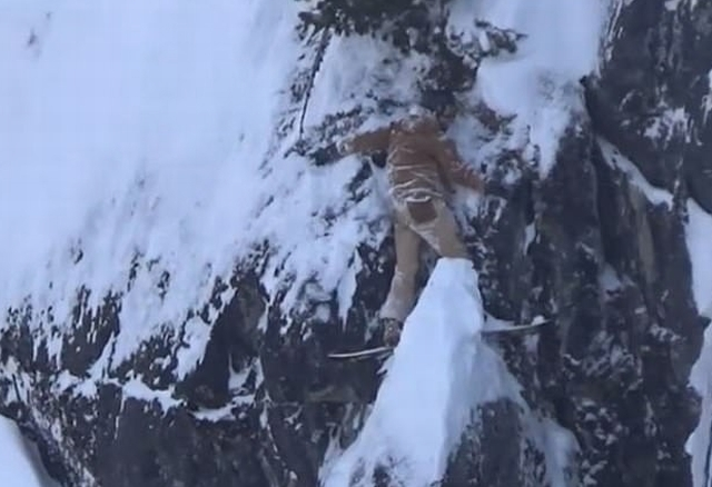 https: img.okezone.com content 2020 02 21 18 2172111 seorang-snowboarder-menempel-di-tebing-selama-2-jam-a9RRmhg5hb.jpg