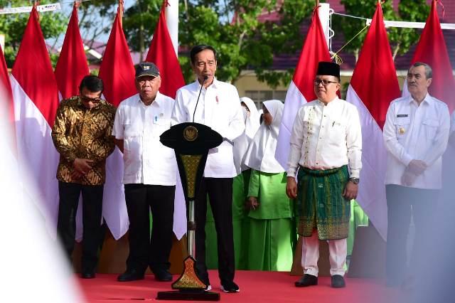 https: img.okezone.com content 2020 02 21 337 2171933 presiden-jokowi-resmikan-madrasah-yang-selesai-direnovasi-di-pekanbaru-Lg5v815Q82.jpg