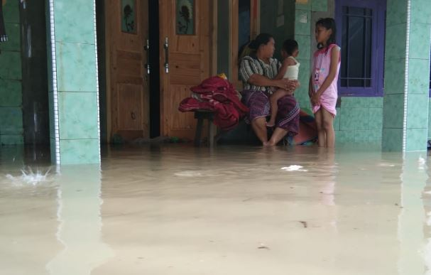 https: img.okezone.com content 2020 02 21 512 2171805 tim-sar-evakuasi-puluhan-warga-korban-banjir-luapan-sungai-kesambi-LXzmze5AOb.JPG