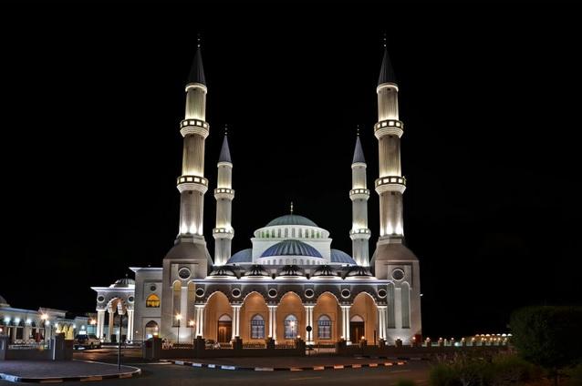 https: img.okezone.com content 2020 02 21 615 2172123 traveling-ke-dubai-jangan-lupa-mampir-ke-masjid-cantik-ini-FcmCD0Hn7f.jpg