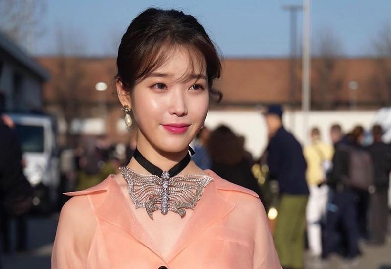 https: img.okezone.com content 2020 02 22 194 2172586 cantiknya-iu-tampil-dengan-busana-pink-di-milan-fashion-week-3lr45P3OEf.jpg