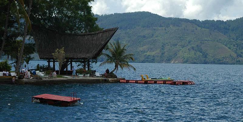 https: img.okezone.com content 2020 02 22 406 2172487 kunjungan-wisatawan-ke-danau-toba-tak-terpengaruh-wabah-korona-covid-19-cHXX00sAsw.jpg