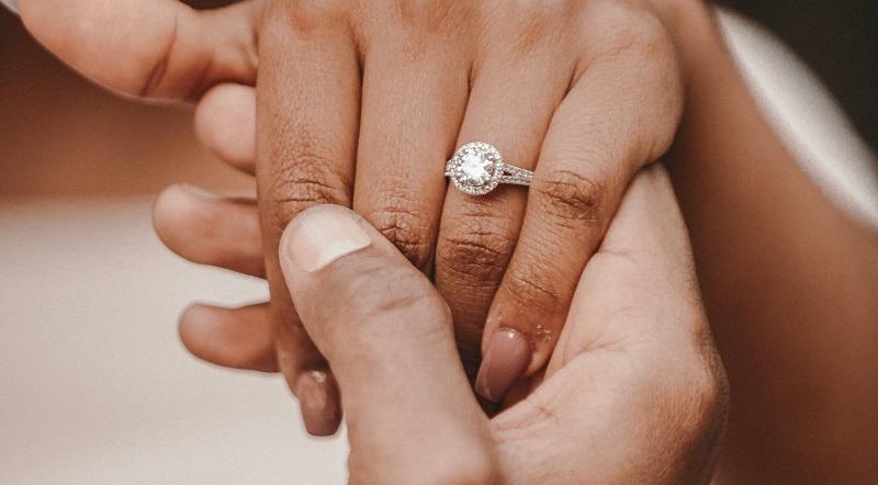 https: img.okezone.com content 2020 02 23 196 2172899 adakah-tanda-tanda-orang-siap-menikah-CdbPJq8J6O.jpg