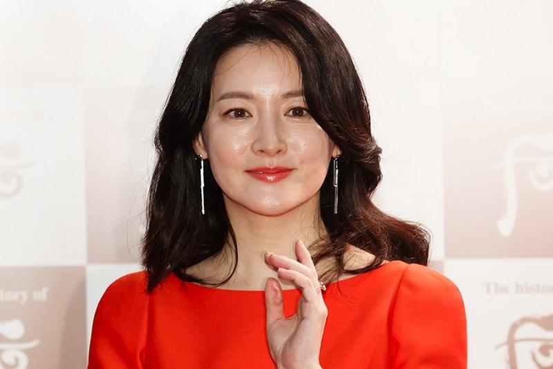 https: img.okezone.com content 2020 02 23 33 2172847 pesan-lee-young-ae-untuk-china-di-tengah-wabah-korona-TVAtZ4qshA.jpg
