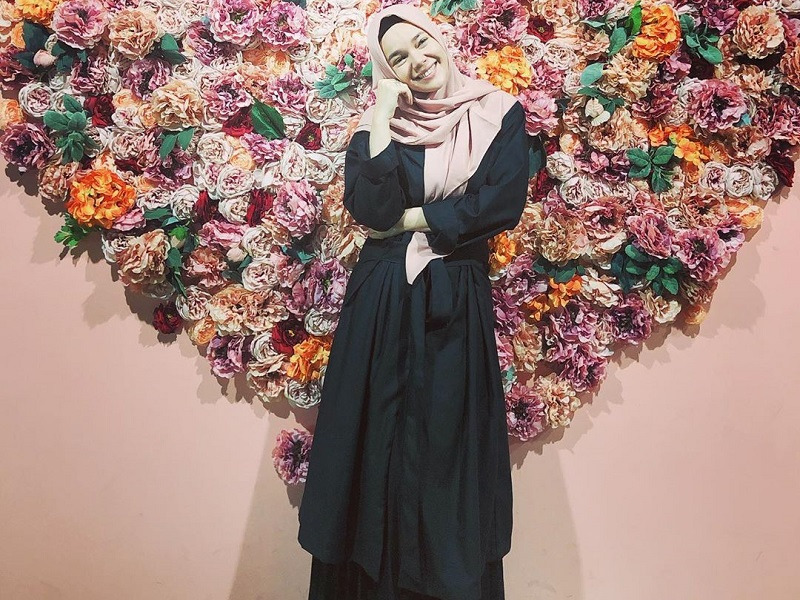 https: img.okezone.com content 2020 02 23 614 2172924 selektif-beli-hijab-dewi-sandra-semua-akan-dihisab-KHPRJcEvc6.jpg
