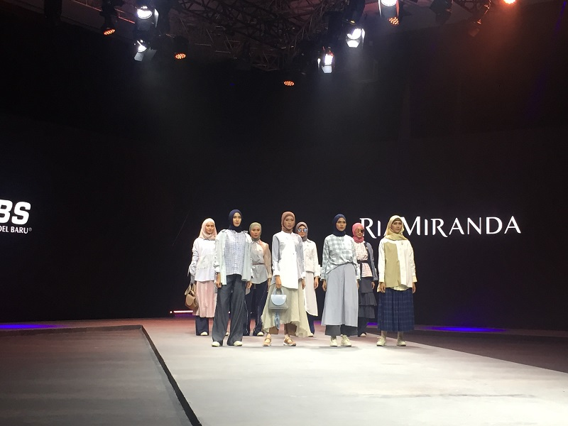 https: img.okezone.com content 2020 02 23 617 2172926 muffest-2020-ria-miranda-tampilkan-outfit-hijab-kasual-tapi-tetap-stylish-flalrefolo.jpg