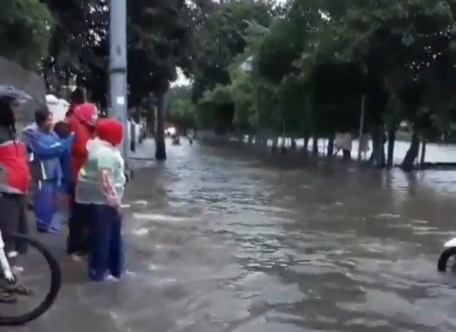 https: img.okezone.com content 2020 02 24 338 2173039 banjir-masih-terjadi-di-cilincing-jakarta-utara-sxoqCq9ANi.jpg