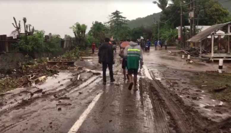 https: img.okezone.com content 2020 02 24 340 2173063 banjir-di-lombok-timur-telah-surut-masyarakat-dan-petugas-mulai-bersih-bersih-YojqgUFCG8.jpg