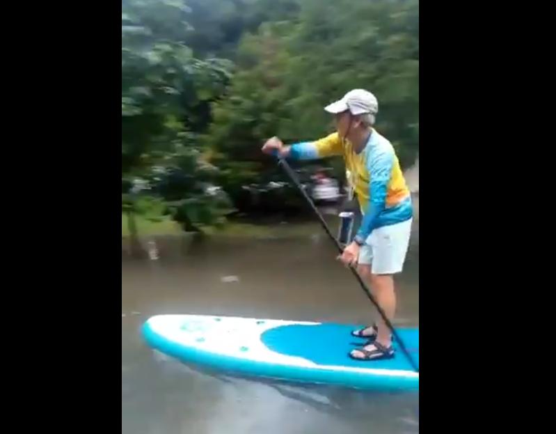 https: img.okezone.com content 2020 02 25 320 2173797 viral-bapak-ini-patroli-banjir-dengan-paddle-bak-susi-pudjiastuti-IeEP5FGpad.png