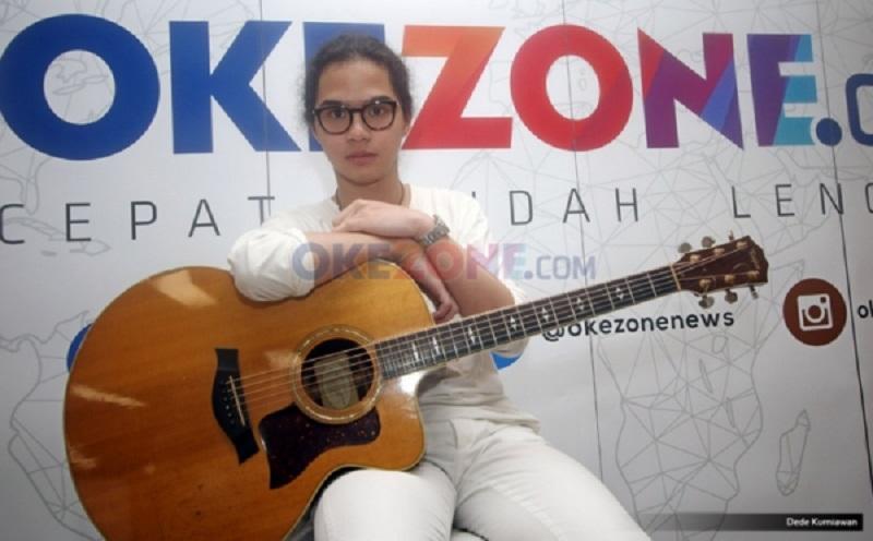 https: img.okezone.com content 2020 02 25 33 2173681 dul-jaelani-lebih-suka-ahmad-dhani-sebagai-musisi-Pbj9Fh9alN.jpg