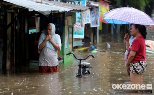 https: img.okezone.com content 2020 02 25 338 2173657 perumahan-jatiwaringin-bekasi-tergenang-banjir-setinggi-80-cm-Ag4Ygvq4IL.jpg
