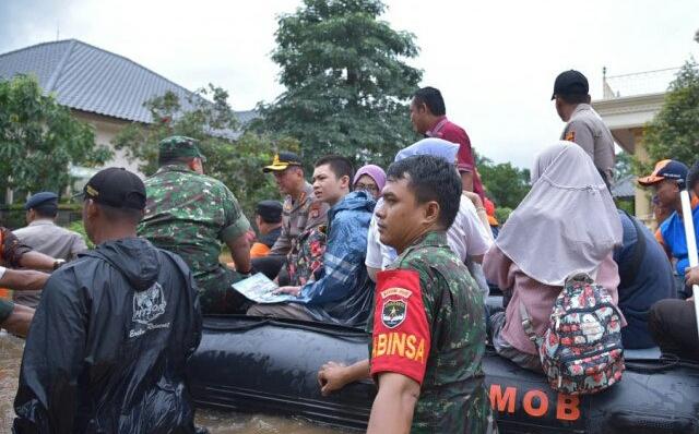 https: img.okezone.com content 2020 02 25 338 2174122 20-kecamatan-terendam-bekasi-tetapkan-status-darurat-banjir-mcRKtfzVzz.jpg
