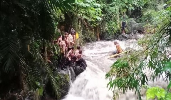 https: img.okezone.com content 2020 02 25 512 2174123 pemprov-jateng-larang-warga-susur-sungai-selama-musim-hujan-k3aZNCHJHQ.jpg