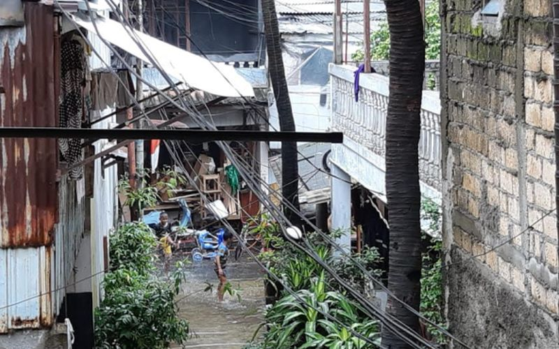https: img.okezone.com content 2020 02 25 612 2173716 curhat-erika-kurnia-jurnalis-yang-kebanjiran-di-grogol-utara-VHCaa56DXR.jpg