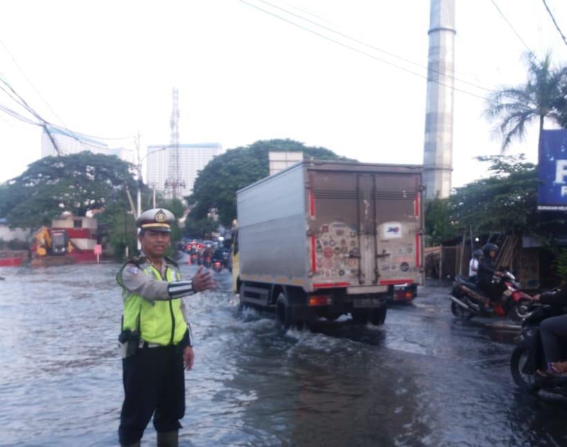 https: img.okezone.com content 2020 02 26 338 2174181 3-ruas-jalan-di-jakarta-masih-terendam-banjir-pagi-ini-iMZnFhCyNI.jpg