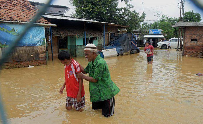https: img.okezone.com content 2020 02 26 338 2174587 banjir-gara-gara-tanggul-sungai-citarum-jebol-ratusan-warga-muaragembong-dievakuasi-SIBVLkE2EM.jpg