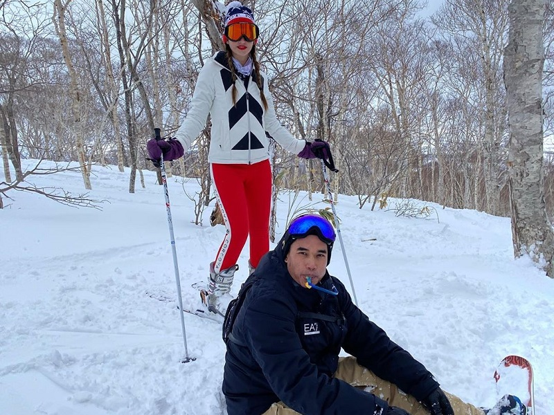 https: img.okezone.com content 2020 02 26 406 2174646 mesranya-nia-ramadhani-dan-ardi-bakrie-liburan-main-ski-di-jepang-ZVFhsKUz4p.jpg