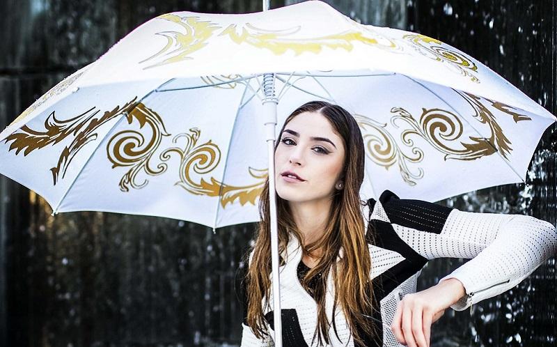 https: img.okezone.com content 2020 02 26 611 2174567 tetap-cantik-saat-musim-hujan-simak-tips-makeup-ini-dspwtuuAE8.jpg