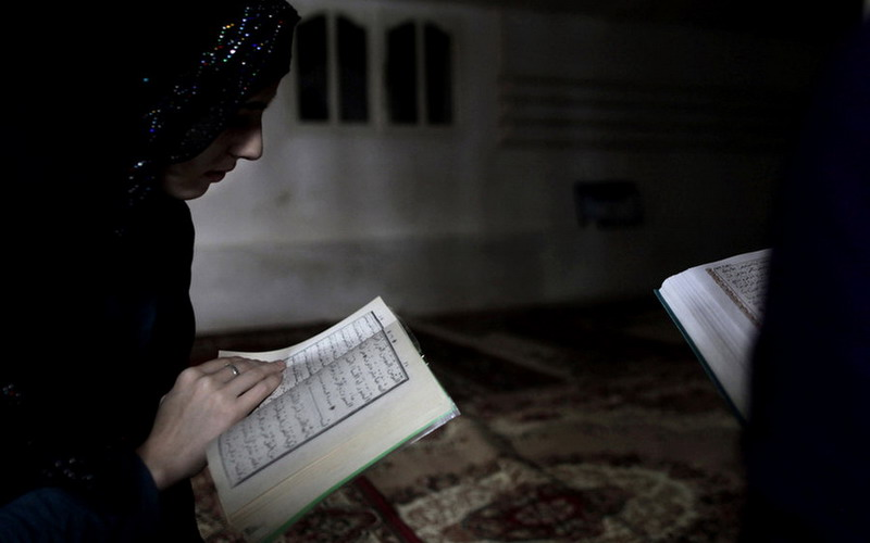 https: img.okezone.com content 2020 02 26 614 2174240 idaman-semua-pria-ini-5-ciri-istri-salehah-dalam-islam-OdCuPHm7DZ.jpg