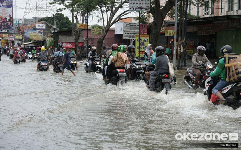 https: img.okezone.com content 2020 02 26 87 2174380 pentingnya-membersihkan-suspensi-motor-selepas-terjang-banjir-a0lClBYFEq.jpg