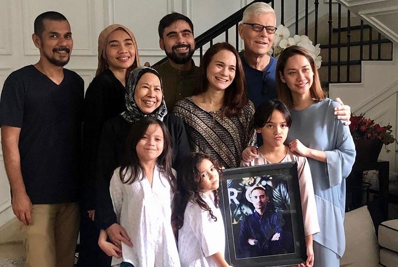 https: img.okezone.com content 2020 02 27 33 2175022 pulang-ke-malaysia-ibu-ashraf-sinclair-janji-akan-rajin-jenguk-bcl-dan-noah-xOegMDQ5oW.jpg