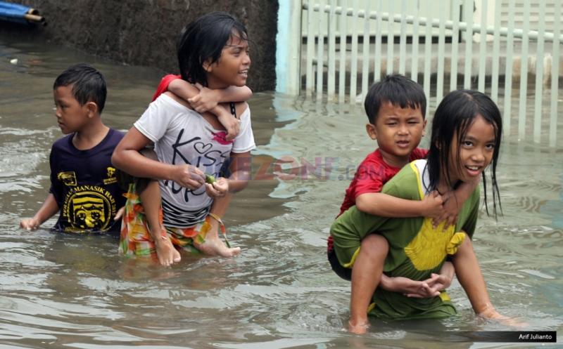 https: img.okezone.com content 2020 02 27 481 2175180 banjir-jadi-wahana-bermain-anak-apa-bahayanya-u5Z9p7FTrQ.jpg