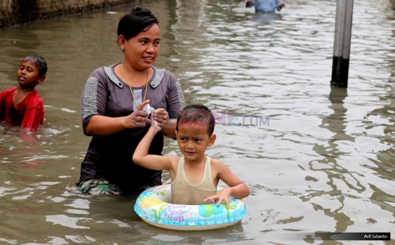 https: img.okezone.com content 2020 02 27 481 2175229 penyakit-yang-rentan-menyerang-bayi-dan-anak-saat-banjir-zkLDLs5zvr.jpg