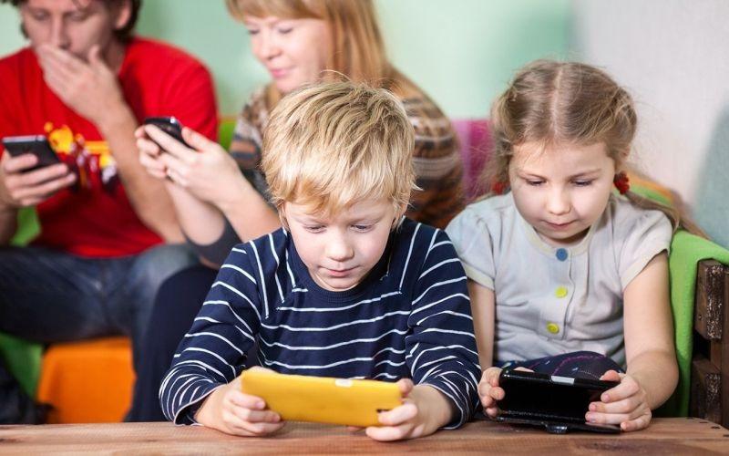 https: img.okezone.com content 2020 02 27 481 2175239 bahaya-anak-kecanduan-gadget-bisa-ganggu-kesehatan-mental-ODLxrEfzGV.jpg