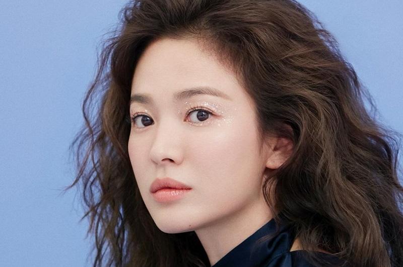 https: img.okezone.com content 2020 02 28 33 2175792 pulang-kampung-song-hye-kyo-tampil-super-tertutup-6YqQIiCiPW.jpg